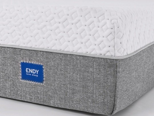 Endy mattress review - front corner with logo letter